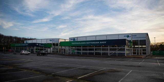 Vrouw overleden in rij voor coronatest in Rotterdam, testlocatie urenlang dicht