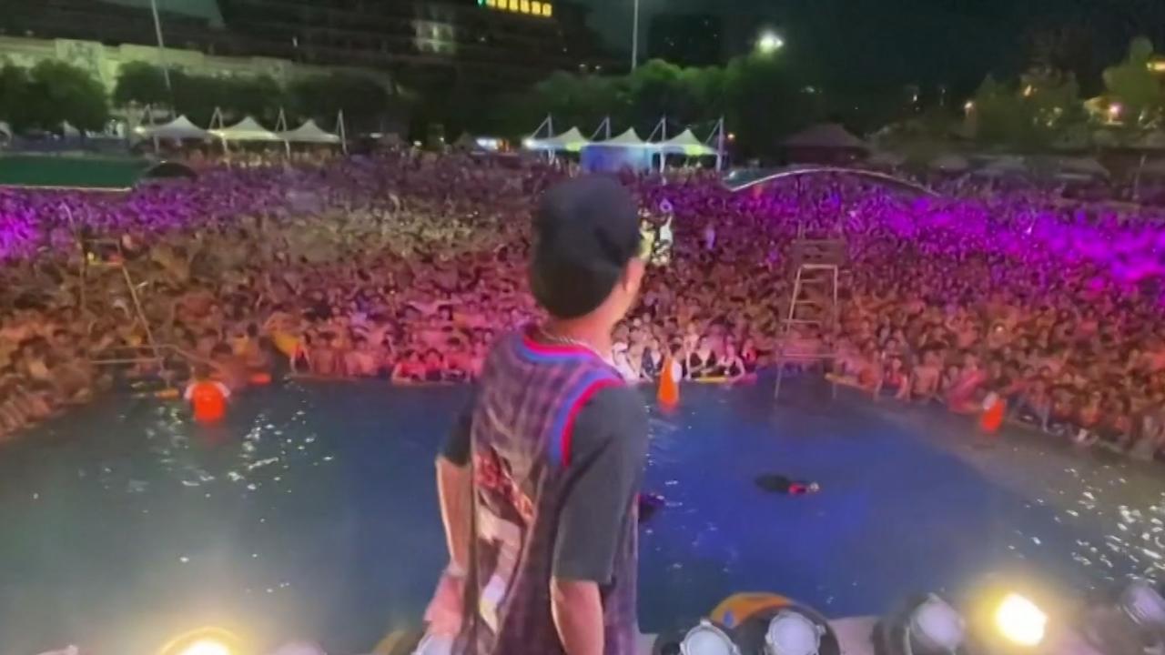 Groot zwembadfeest georganiseerd in coronavrij Wuhan