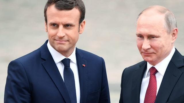 Macron haalt uit naar Russische media om nepnieuws