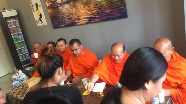 Waalwijkse monniken zegenen Thais restaurant in Utrecht