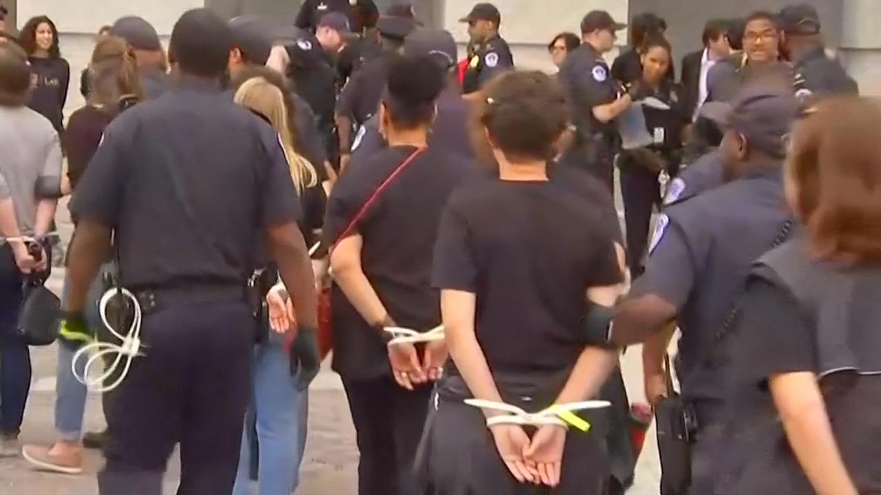 Politie arresteert betogers tegen Kavanaugh in VS
