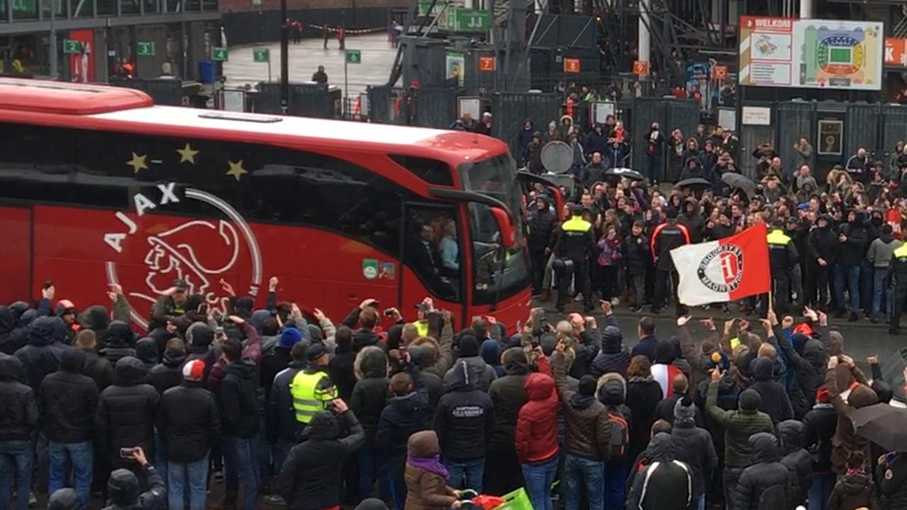 Spelersbus Ajax arriveert bij De Kuip voor Klassieker