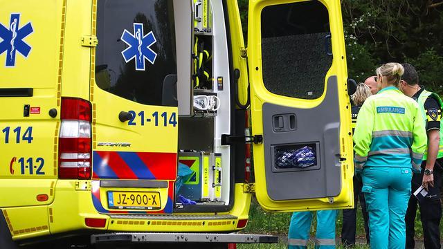 Aanrijding tussen auto en scooter in Den Haag, twee zwaargewonde personen