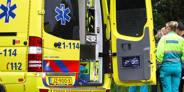 Man slaat met auto over de kop en raakt bekneld bij ongeluk in Hoeven