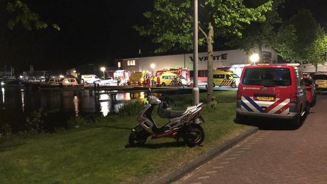 Brandend schip in het Friese Sneek tijdens blussen gezonken