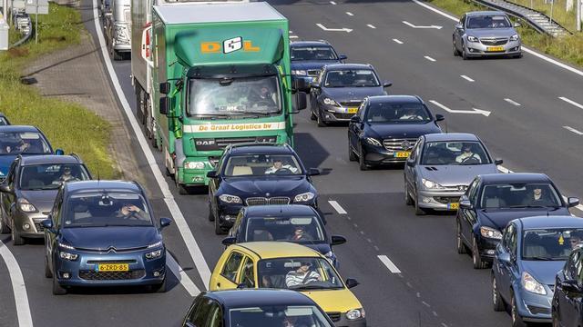 Flinke files op A4 richting Bergen op Zoom door grind op de snelweg
