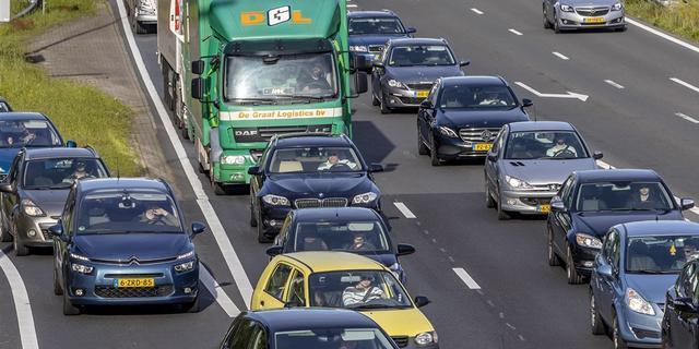 Files op A27 tussen Maartensdijk en Utrecht na ongeluk met vrachtwagen