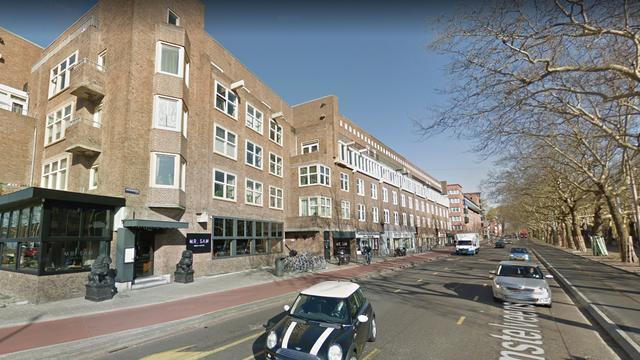 Taxi botst tegen ingang restaurant Amstelveenseweg