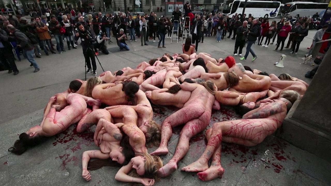 Dierenrechtenactivisten liggen naakt en bebloed in Barcelona