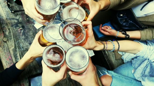 Op het Verleckerd Festival in de biertuin van het Werkspoorcafé kun je allerlei soorten bier proeven. Foto: Getty Images