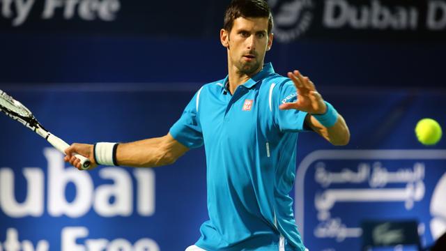 Djokovic met speels gemak naar tweede ronde in Dubai