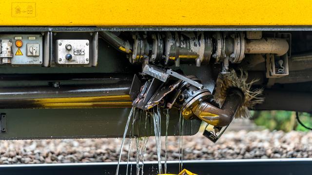 Trein beschadigd na botsing met graafmachine in Breda, geen gewonden