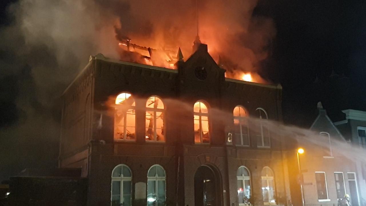 Grote brand in voormalig gemeentehuis Obdam
