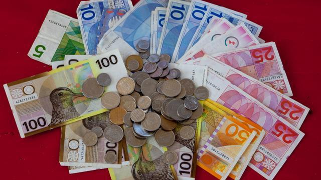 Honderden mensen brengen guldenbiljetten naar jubilerende Friese slager