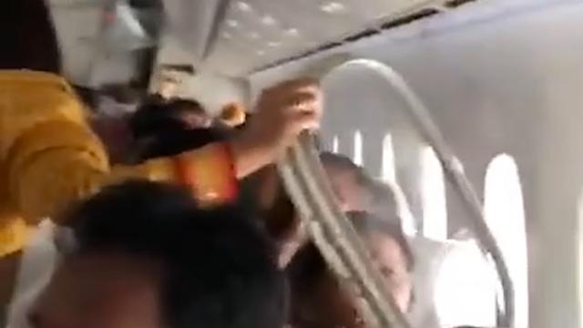 Binnenraam vliegtuig Air India komt los tijdens turbulentie