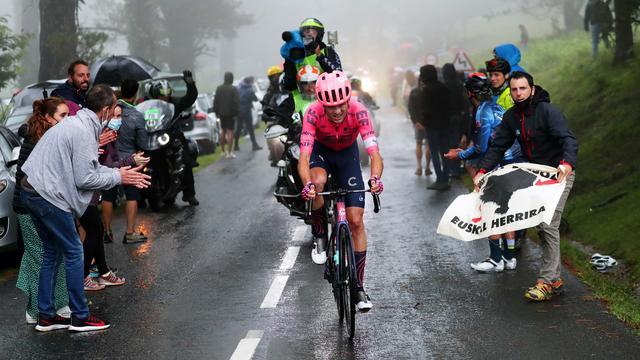 De renners reden regelmatig in de stromende regen in Baskenland.