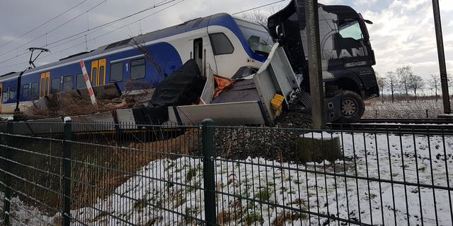 ProRail gaat aangifte doen tegen vrachwagenchauffeur die met trein botste