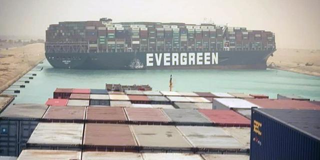Vastgelopen schip kan ramp zijn voor economie: lege schappen en dure olie