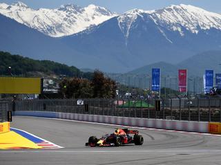 Ferrari troeft Mercedes af in Sochi, zevende tijd voor Verstappen