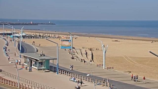 Live: Zomers weer op het strand van Scheveningen