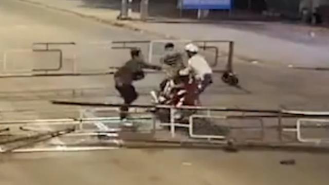 Motorrijder knalt tegen hek en belandt op treinspoor in Vietnam