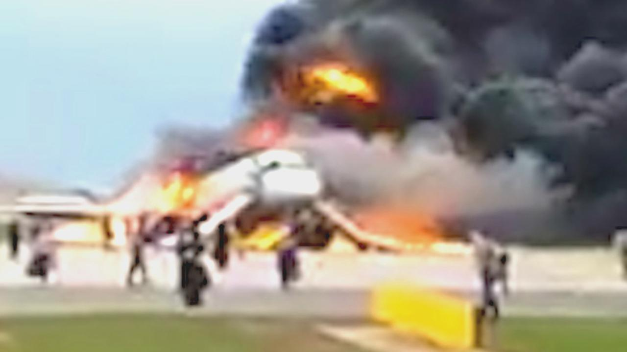 Brandend vliegtuig maakt noodlanding in Moskou
