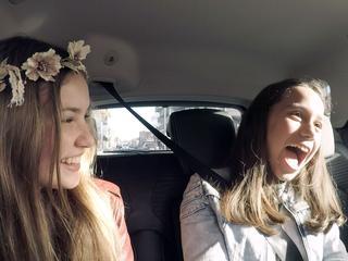 YouTube-ster BeautyNezz verrast Naima tijdens proefrit