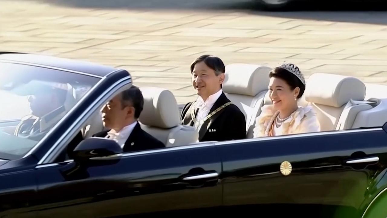 Japanse keizer Naruhito maakt historische rijtoer door Tokio