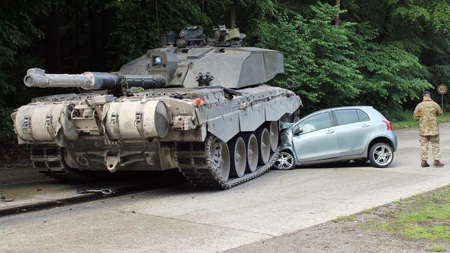 Britse tank rijdt over auto in Duitsland