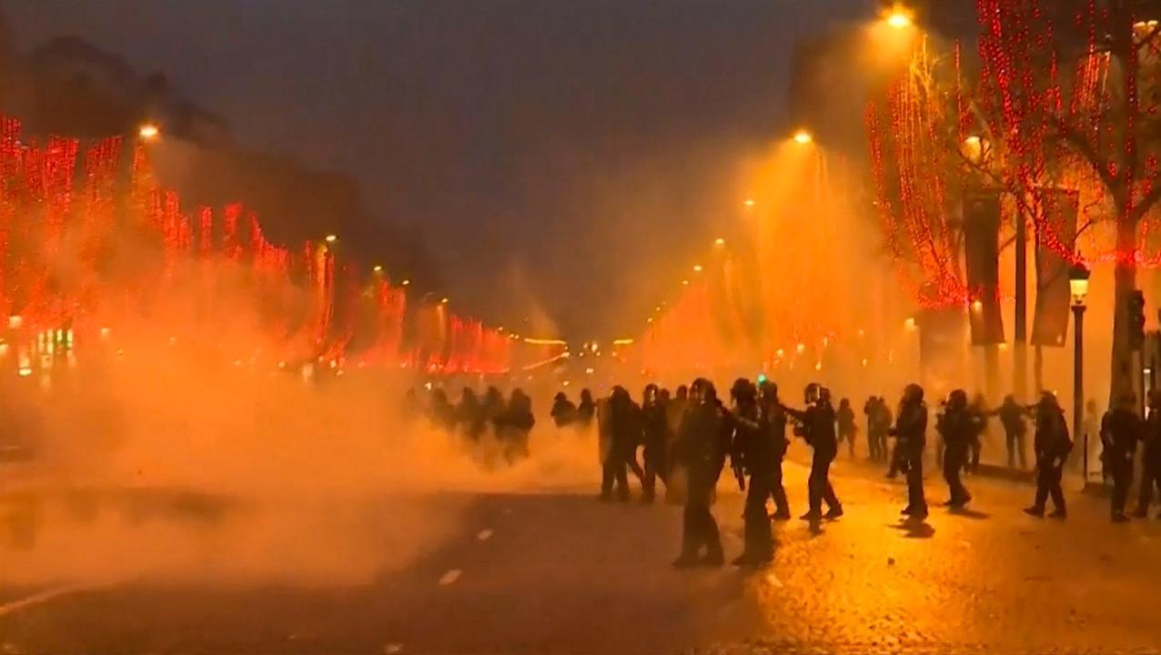 Franse politie zet traangas en waterkanonnen in tegen 'Gele Hesjes'