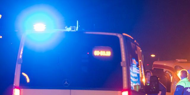Politie bevrijdt aan hek vastgebonden man naast autobrand in Amsterdam