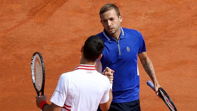 Felicitaties van Novak Djokovic voor Daniel Evans.