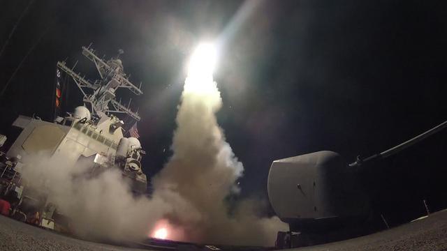 VS vuurt raketten af op vliegbasis Syrië uit vergelding voor gifgasaanval