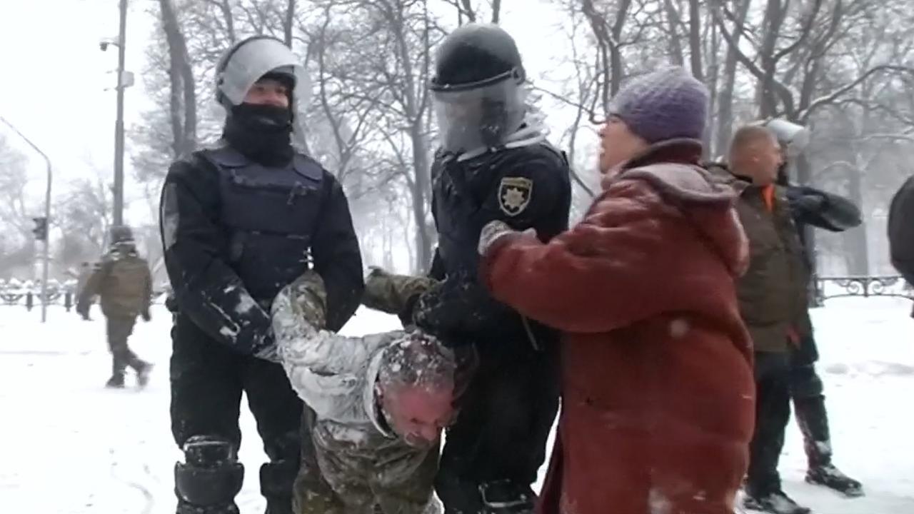 Oekraïense politie pakt tientallen demonstranten op in Kiev