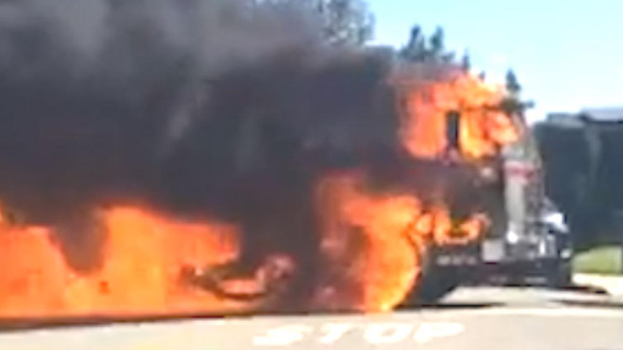 Brandende vuilniswagen rolt door woonwijk in Californië
