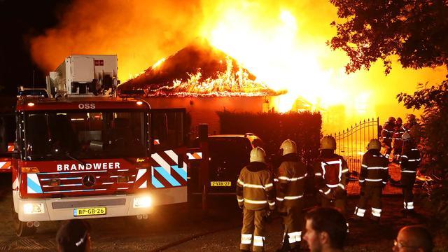 Geparkeerd taxibusje brandt volledig uit in Osdorp