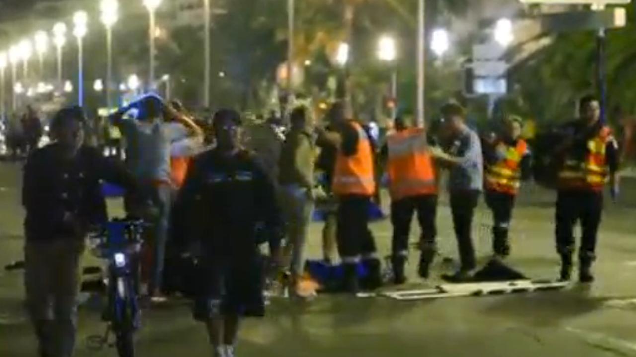 Hulpdiensten helpen gewonden op de boulevard van Nice