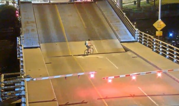 Amerikaanse fietser valt in opening ophaalbrug