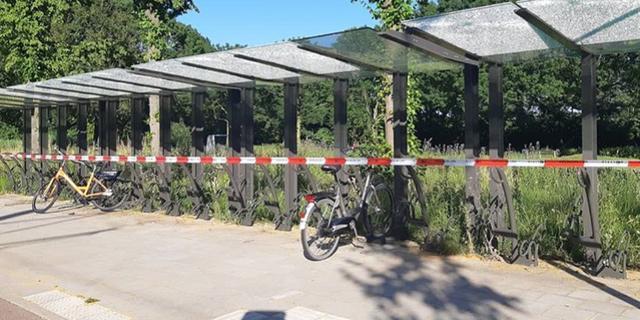 Drie minderjarige jongens aangehouden om vernielen ruiten fietsenstalling