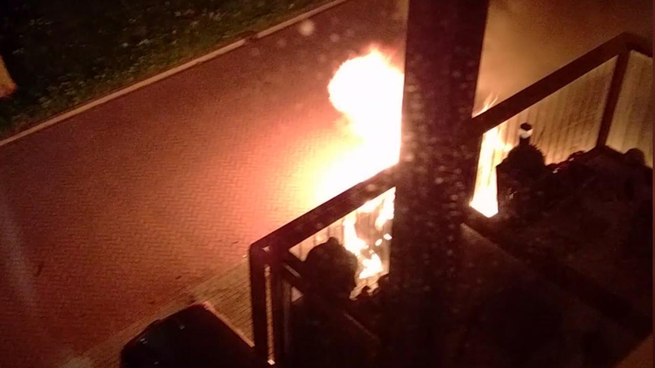 Auto's vliegen in brand in straat Hoorn