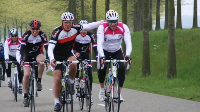 Honderden fietsliefhebbers rijden toertocht Servais Knaven