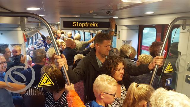 Treinen vanuit Groningen richting 'reuzen' in Leeuwarden overvol