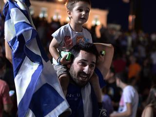 Nee-stemmers vieren feest in Athene; alle stemmen referendum geteld