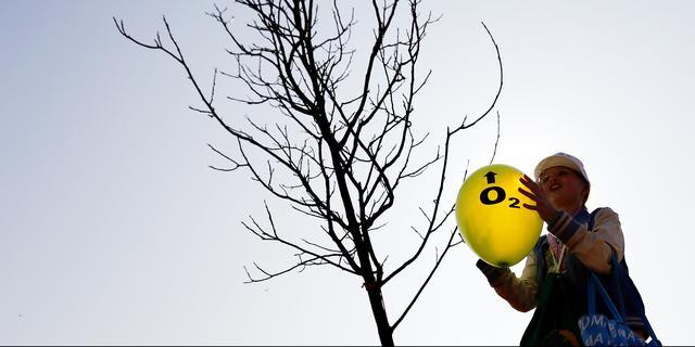 Minister Carola Schouten plant boom in Alphen aan den Rijn