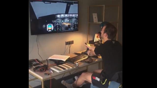 Thomas Krol en zijn vliegsimulator in zijn hotelkamer.