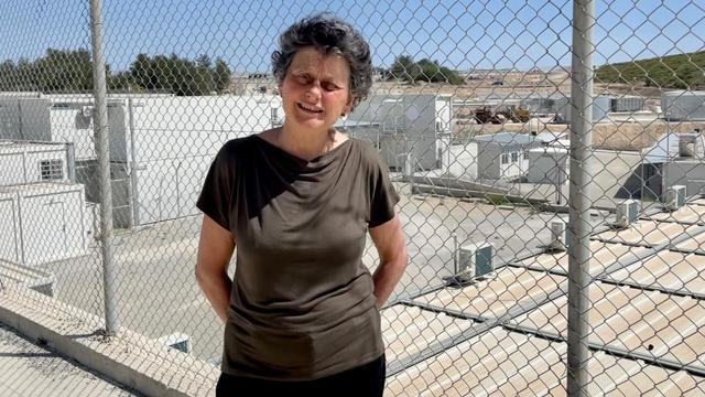 Europarlementariër Tineke Strik bij het nieuwe vluchtelingenkamp op Samos.