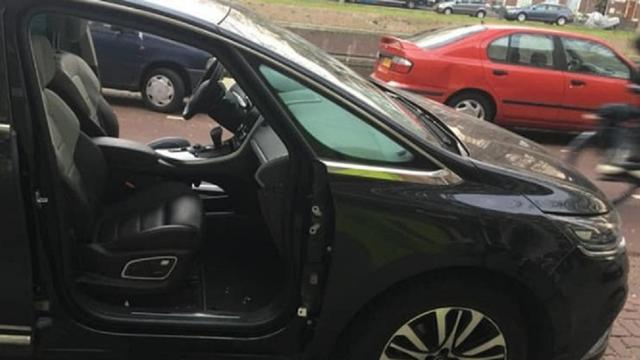 Politie zoekt getuigen na aantreffen auto zonder voordeuren Suezkade