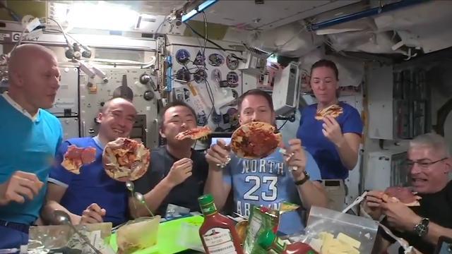 Astronauten eten zwevende zelfgemaakte pizza's in ISS