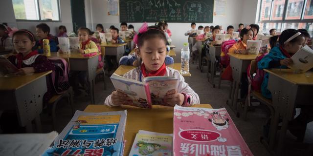 Chinese scholieren klimmen per touwladder naar school