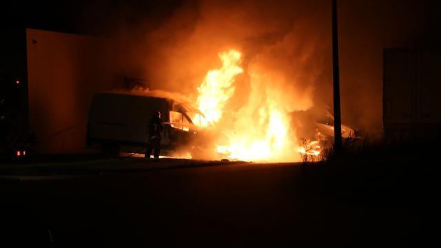 Vier bestelauto's afgebrand door brand bij Grondzijl